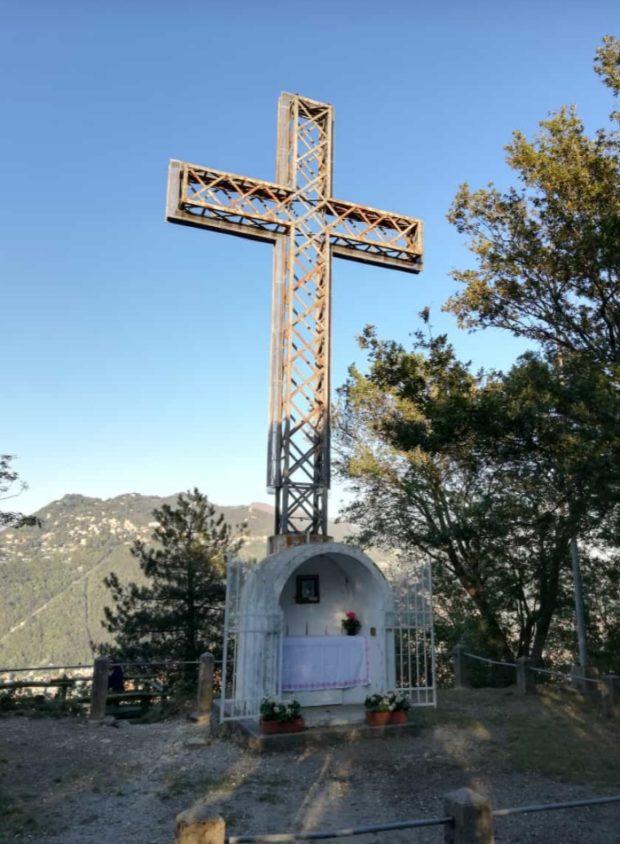 Sotto alla croce è stata costruita una cappellina