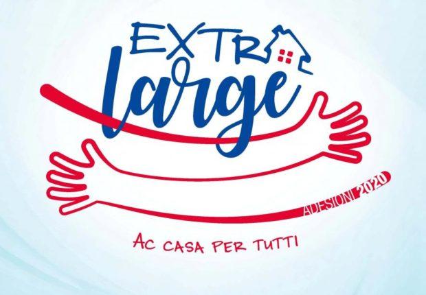 Il logo per la Festa dell'Adesione 2020 con la scritta Extra Large e il disegno di due braccia parallele che esprimono l'idea dell'abbraccio. Sotto la scritta Ac Casa per tutti