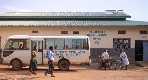 Nella foto il pulmino della scuola di ostetricia fondata a Kalongo, insieme ad un ospedale, da padre Giuseppe Ambrosoli